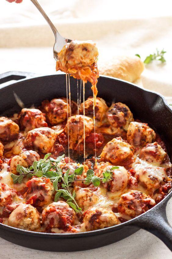 Albóndigas italianas de pavo rellenas de queso mozzarella y cocidas a fuego lento para un brunch diferente.