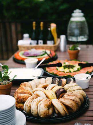 Mesa de bagels y acompáñala con queso crema y lox. Fotografía: Hannah Arists Photography.