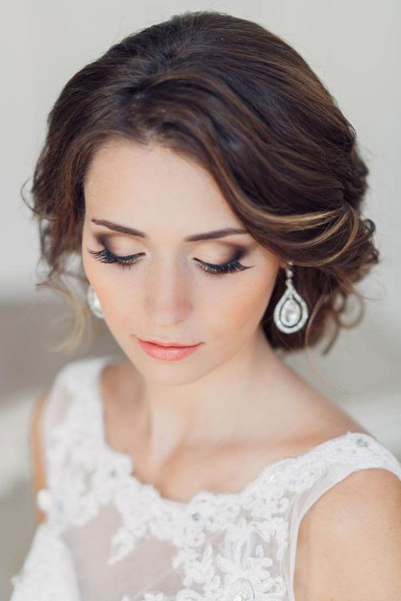 Un exquisito maquillaje es un arte que añade mayor impacto a la belleza de la novia.