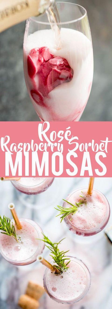Organiza una barra de mimosas e incluye estas mimosas rosé con sorbete de frambuesas.