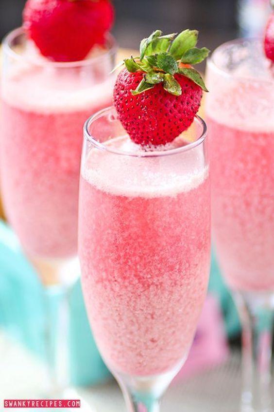 Champán espumoso y burbujeante con refrescantes frambuesas y crema helada de fresa hacen una bebida para brunch espectacular.
