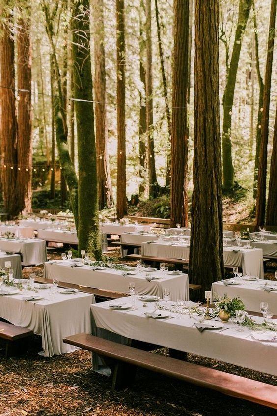 Esta boda en el bosque es un sueño. Nota que simple es la decoración de las mesas.