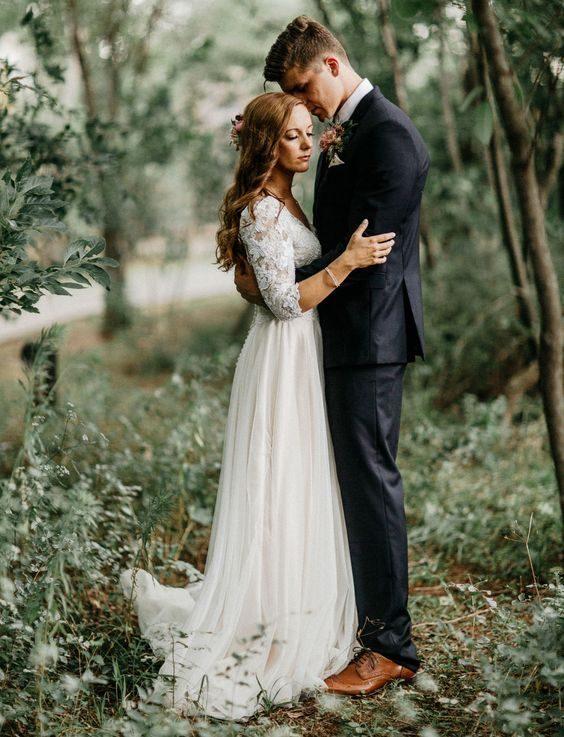 Una boda encantada con onda boho, fondos de macramé, acentos metalizados y faroles con velas en un bosque en Oklahoma.