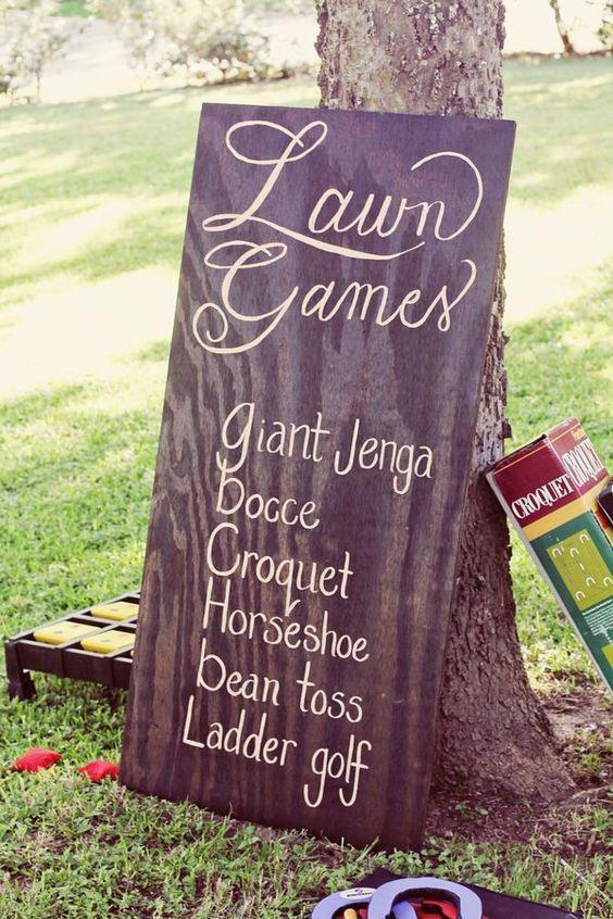 Las bodas en jardín se prestan a los juegos, lo cual te ayudará a ahorrar mas en tu boda. Fotografía: Brushfire Photography Weddings.