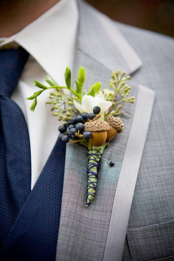 Boutonniere para el novio con fresias y semillas de eucaliptos.