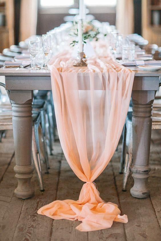 El camino de mesa en chiffon color durazno le otorga un look relajado a esta boda tipo brunch. Fotografía: Svetlana Photography.
