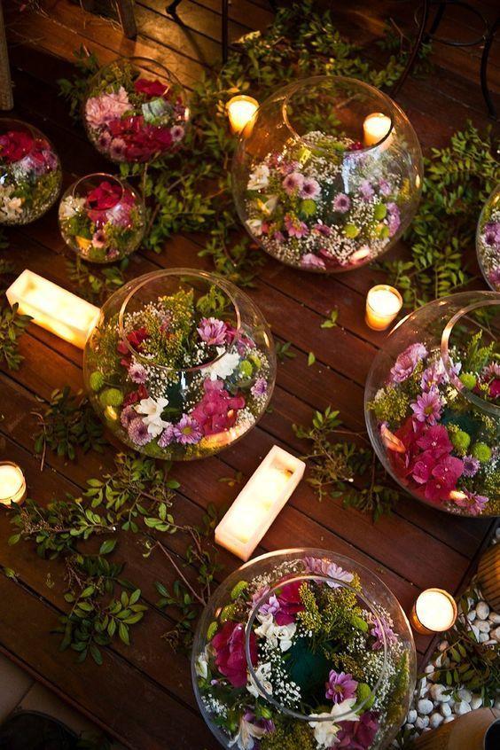Centros de mesa con flores flotando en agua.
