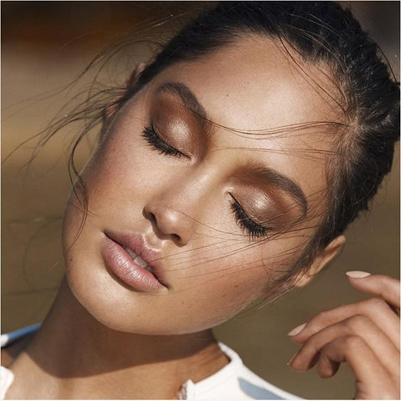 Mira a tu maquillaje desde cerca y desde lejos para asegurarte que es lo que buscabas.