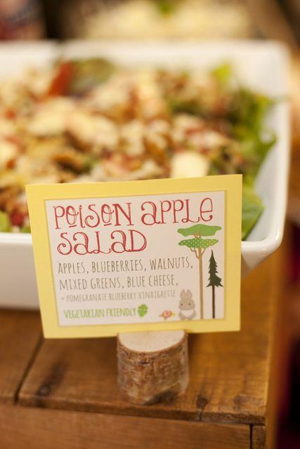 Entretén a tus invitados y dale un twist a cuento de hadas a los nombres de tu comida de bodas.