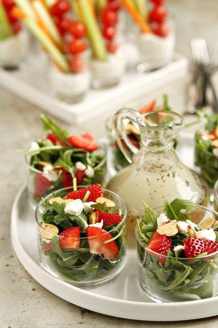 Ideas de comidas para bodas tipo brunch: ensalada con fresas y aderezo de semillas de amapola.