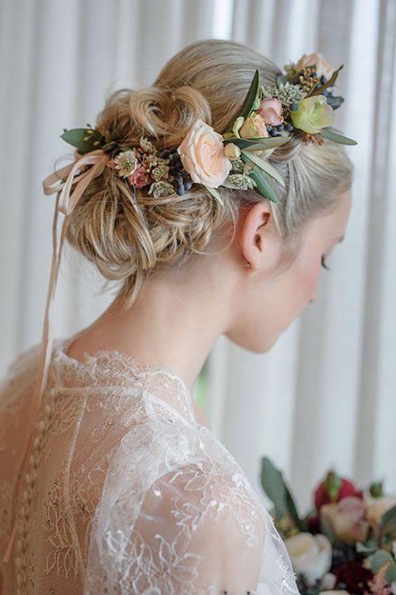 Corona de rosas y eucalipto para casarte en el bosque.
