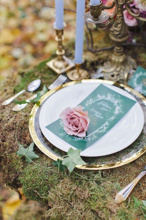 Decora tu mesa con una alfombra de musgo, unos candelabros del dollar store y un poco de hiedra. Like, un sueño, ¿no? Fotografía de bodas: parkinsonnatalie212 on flickr.