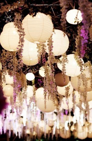 Globos y hiedras colgantes sobre la pista de baile o las mesas de los invitados.