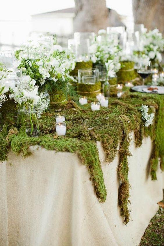 El musgo y las velas en briseras serán tus aliados para la decoración de bodas en bosque encantado.