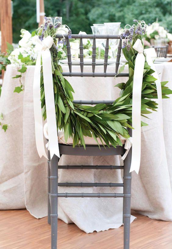 Hojas de magnolia en las sillas. Descubre los tipos de bodas y escoge el tuyo. Fotografía: Kristy Dickerson.