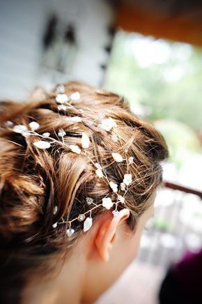 Precioso detalle sobre el peinado para bodas en bosque encantado.