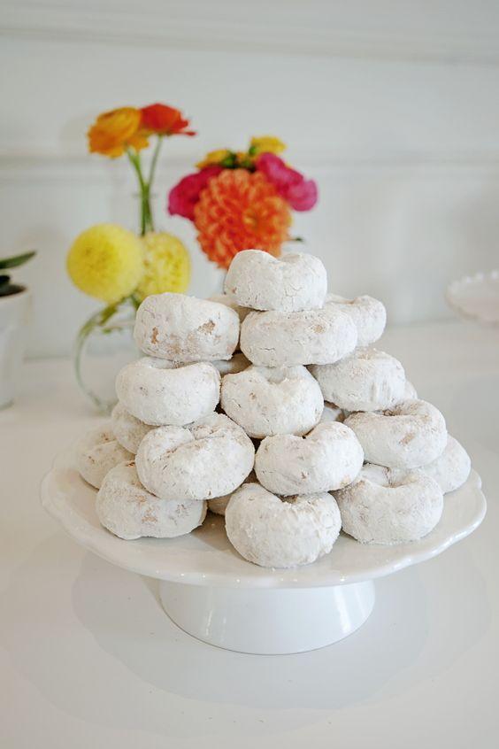 Una pila de donuts como pastel de bodas brunch.
