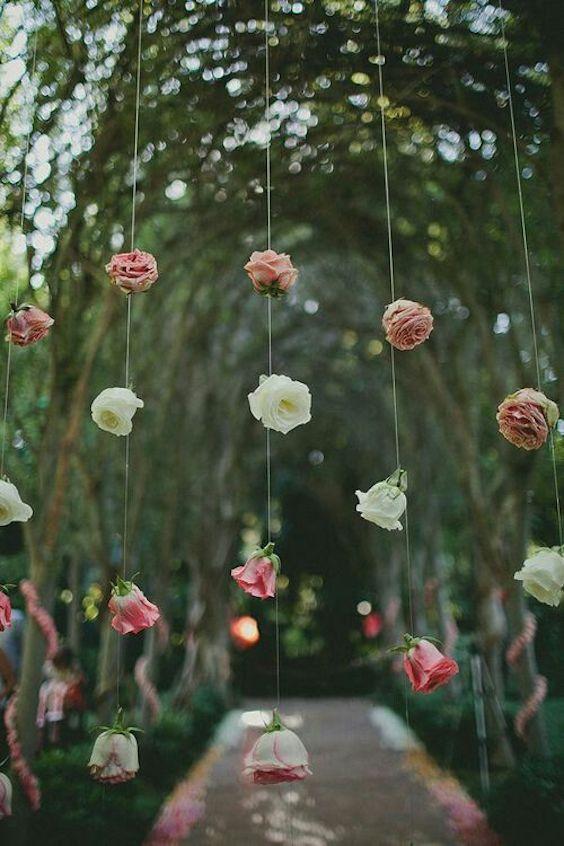 ¿Necesitas una idea perfecta para un telón de fondo sencillo? ¡Cuelga unas flores! Estos fondos de flores colgantes son tan bonitos y se grabarán en la memoria de tus invitados.