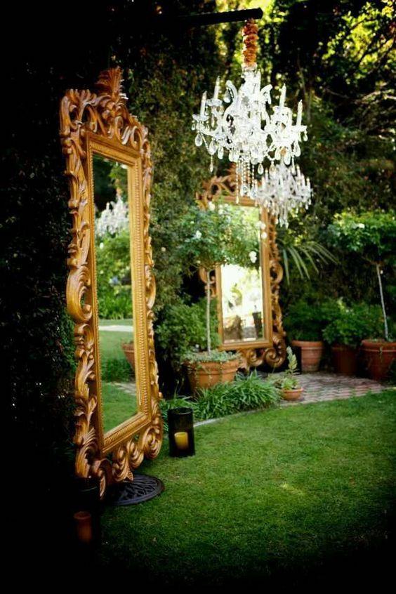 Jardín secreto con solo un par de espejos gigantes con marco en dorado y chandeliers.