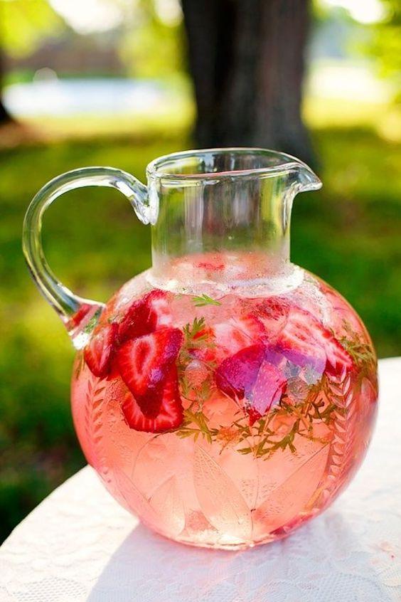 Refrescante y hermosa, esta limonada con fresas es perfecta para una boda brunch en un jardín.