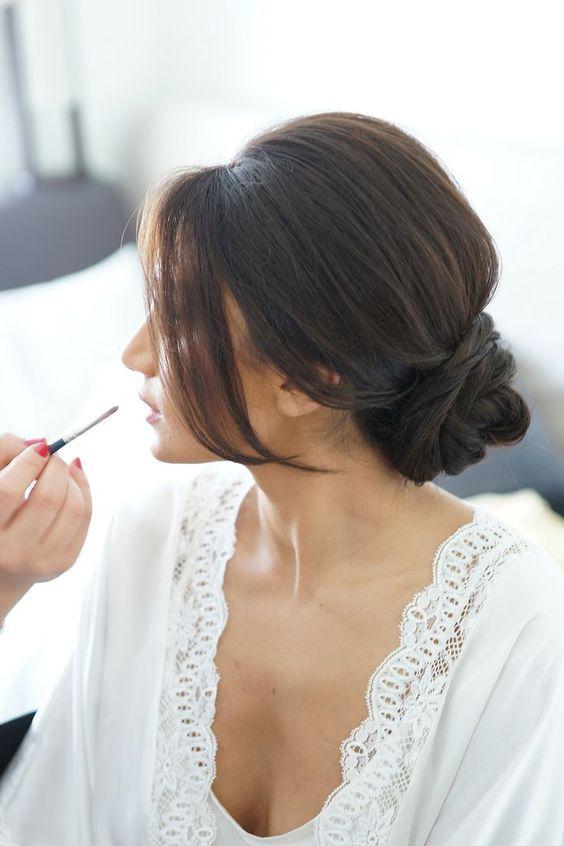 Un maquillaje natural con un chignon es un clásico total.
