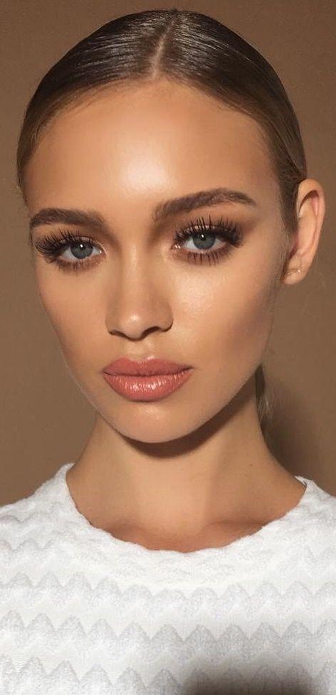 Maquillaje natural con un toque de glamour.