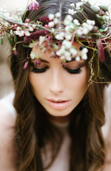 Un maquillaje muy natural y una corona boho. Fotografía: Yolande Marx.