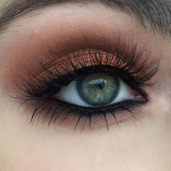 Esta mirada cálida y brillante es fácil de recrear y perfecta para ojos azules o verdes, pero se verá fabulosa en cualquier color de ojos.