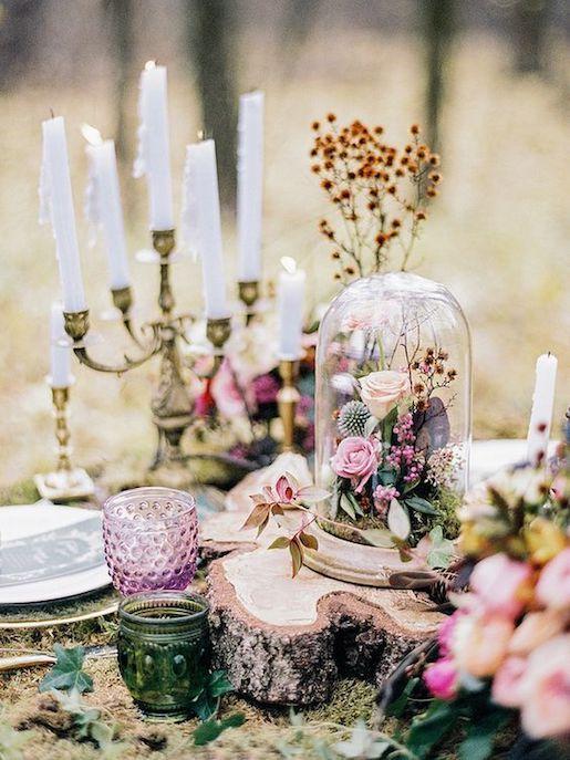 La globa sobre las flores y los vasos en rosa y verde incorporarán el bosque a tu mesa. Fotografía de bodas: parkinsonnatalie212 on flickr.