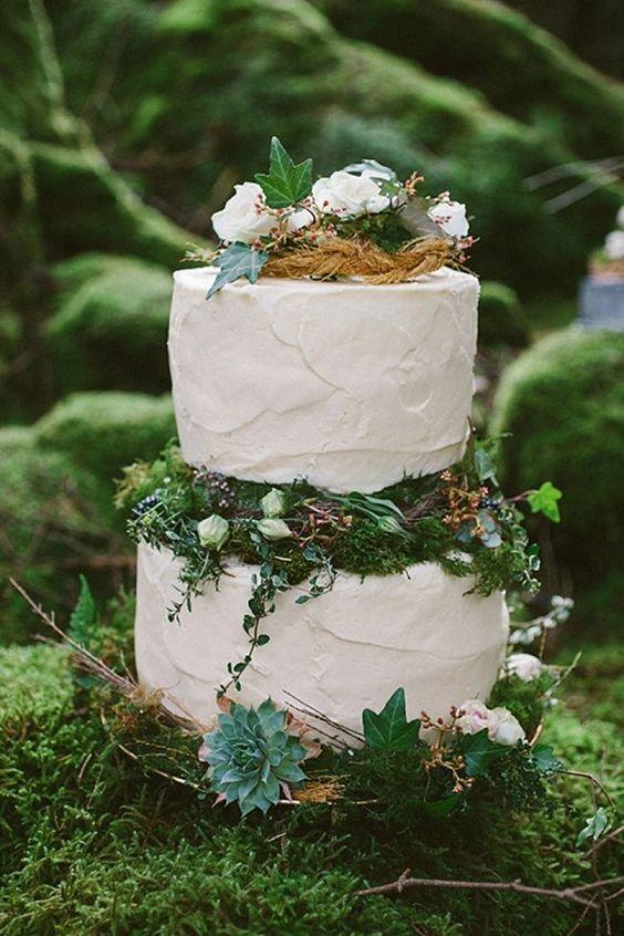 Un dulce pastel de bodas cubierto en crema de mantequilla. Una textura que combina a la perfección con las hiedras y el musgo.
