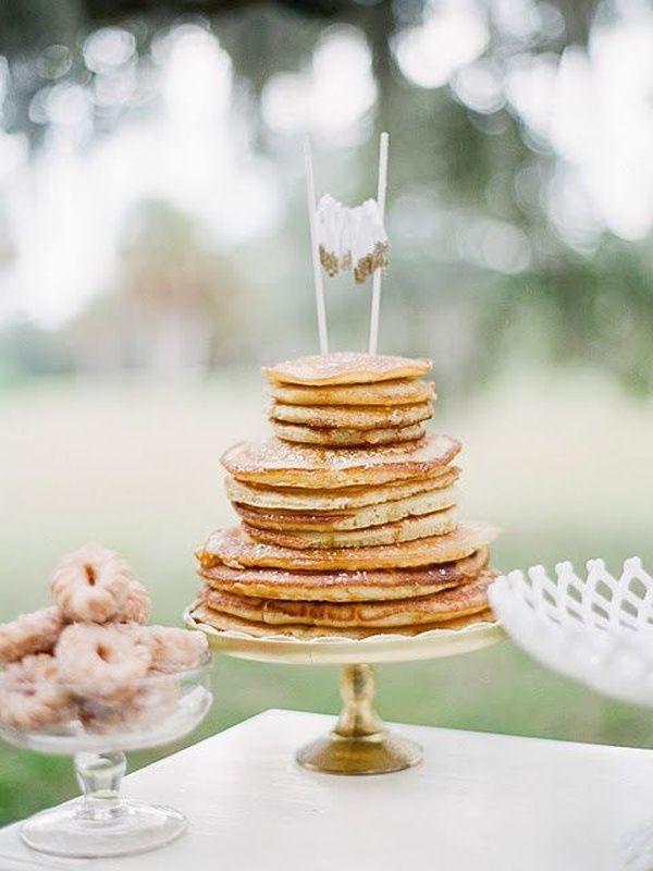 Pastel de bodas de crepes o panqueques. No olvides el maple syrup. Original y económico.
