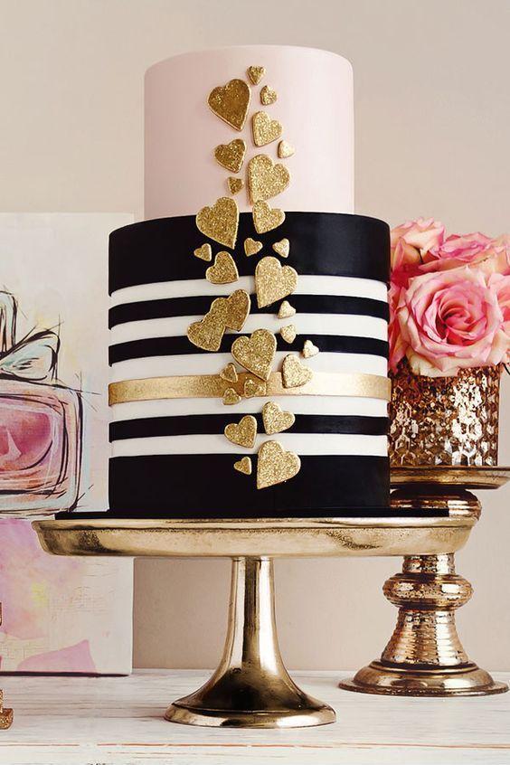 Simpático y glam pastel de bodas náutico en fondant a rayas ideal para un crucero. De la Creme Creative Studio.