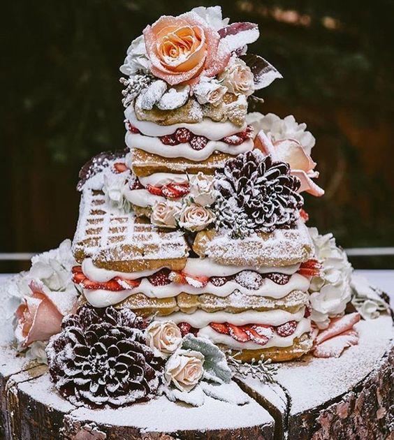 La coronación de una boda estilo brunch: el pastel de waffles.
