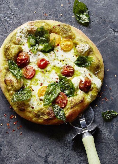 Deleita a tu invitados con una pizza de pesto caprese con toneladas de mozzarella, una adictiva vinaigreta de albahaca y tomates perfectamente maduros. What's Gaby cooking.
