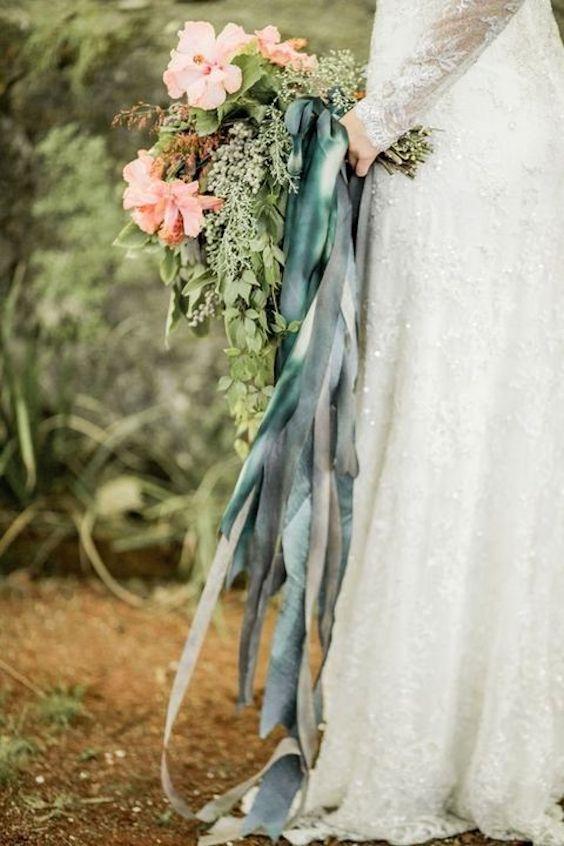 Ramo de novia con mucho verde y cintas super boho. Absolutamente romántico.
