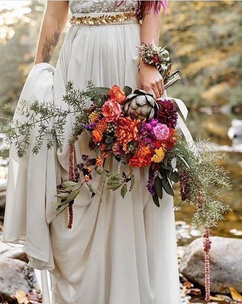 Ramo de novia con flores y alcachofas casi mágico.