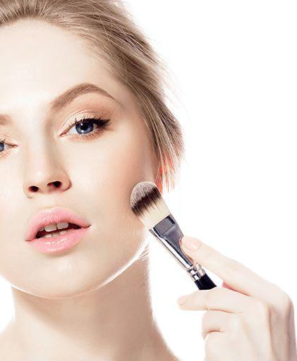 Un buen maquillador lograra realzar tus mejillas en forma natural.