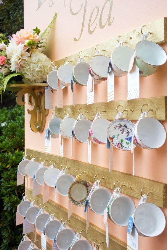 Sienta a tus invitados con una taza de té que se pueden llevar como souvenir de bodas.