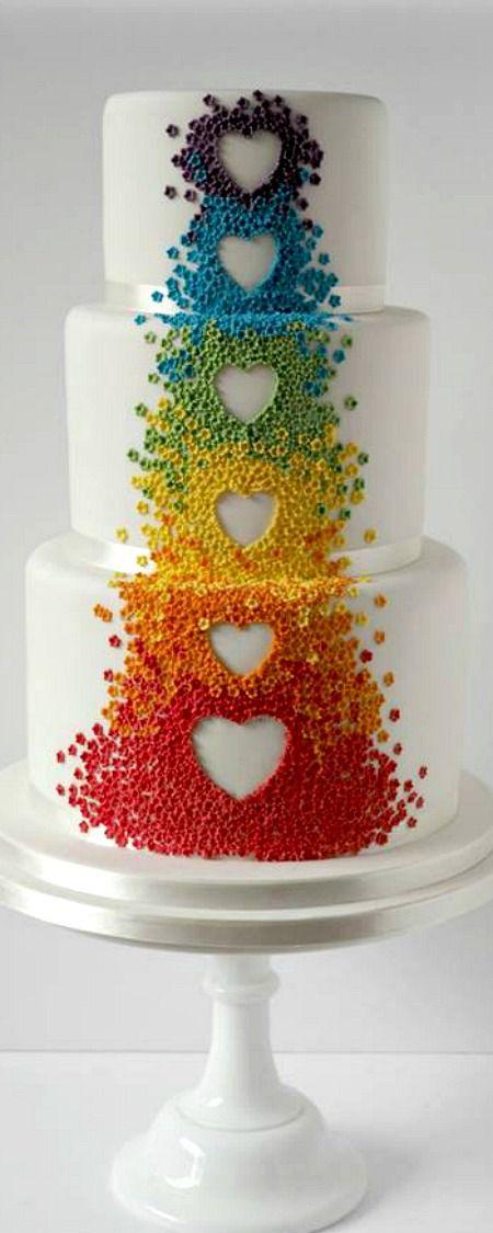 Tarta de bodas con un arco iris en cascada de Fatcakes.
