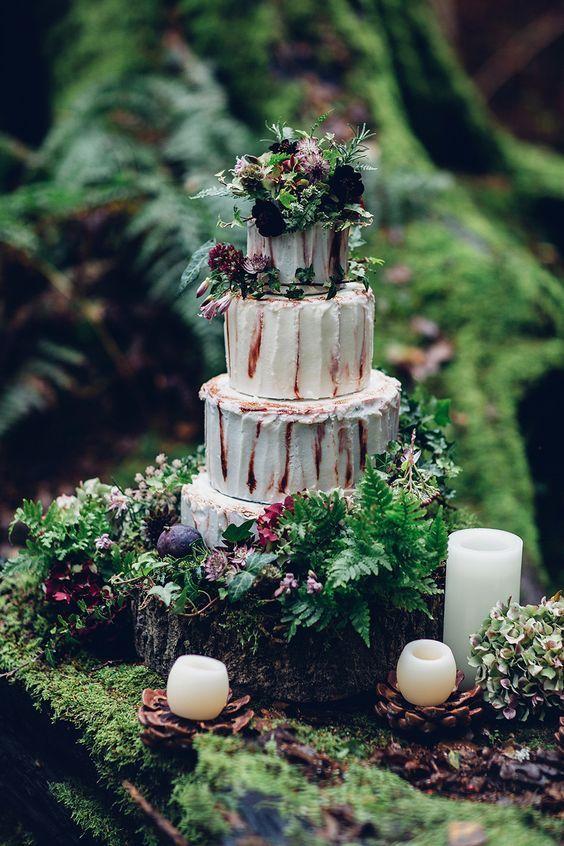 Tarta de bodas rústica decorada con musgo.