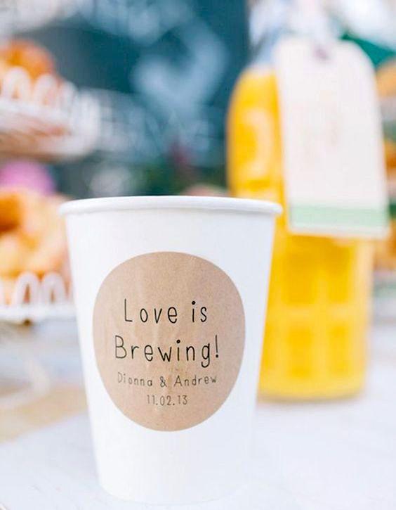 Un detalle muy dulce en estas tazas de café personalizadas para bodas tipo brunch.