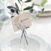 ¿Con cuantos tipos de bodas puedes combinar esta decoración de mesas con botella, nombre y cardos? Descúbrelo en el blog!