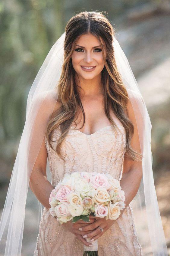 Para afinar la nariz la maquilladora aplicó tonos mas oscuros en los lagrimales y un tono mas claro sobre la misma. Scottsdale wedding photographer: Jane in the Woods Wedding Photographie.