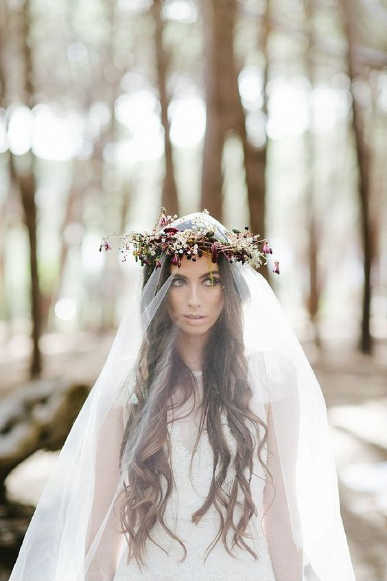 Look nupcial con inspiración boho. Enamorada de la corona rústica sobre el velo de la novia. Foto Yolande Marx.