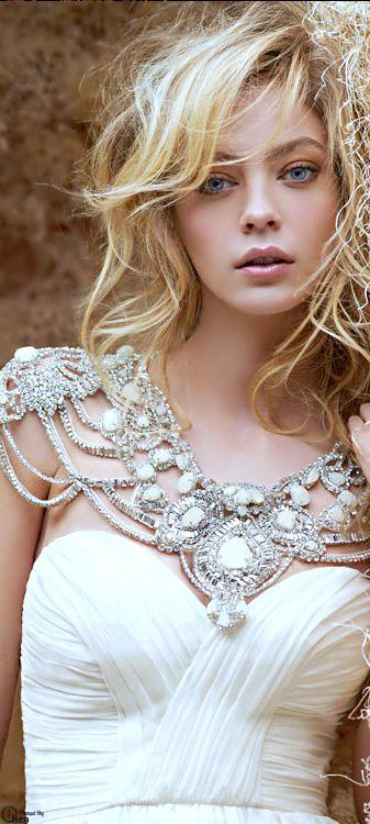 Este vestido combina con distintos tipos de boda como boho, glam, vintage y romántico. Los accesorios son esenciales.