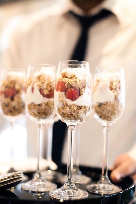 Ofrece una opción fresca y natural a tus invitados: yogurt con cereales y frutas.
