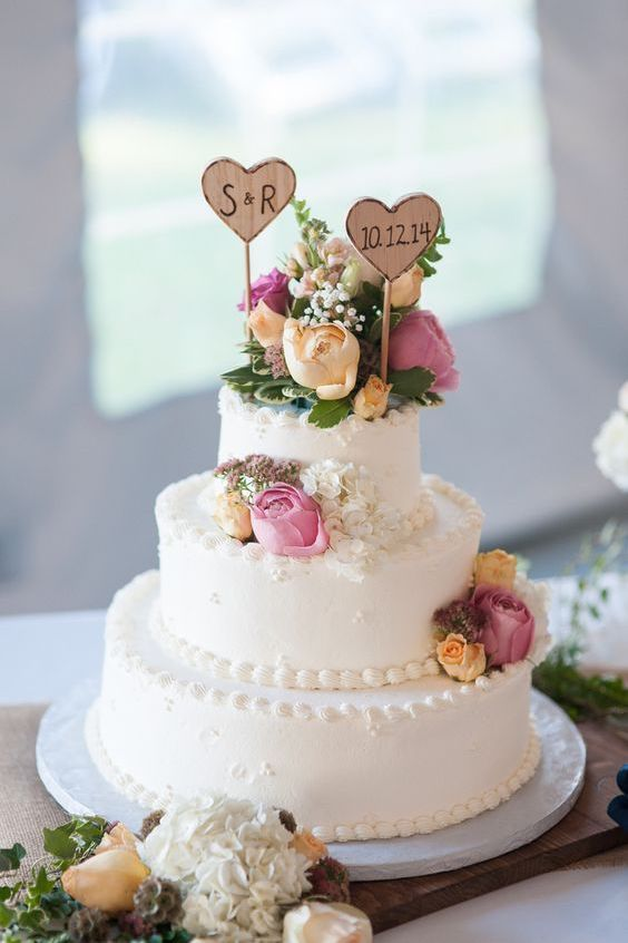 Rustic vintage wedding cake design. Photographer: Matt Wood Photography.