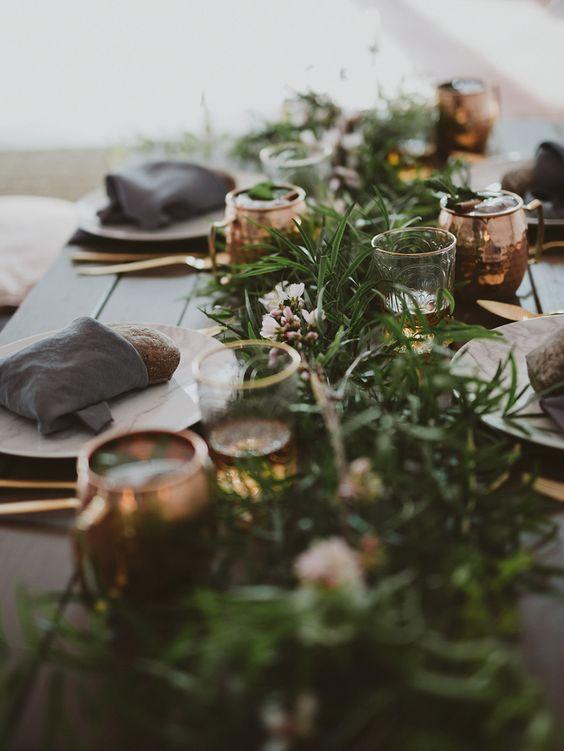 Esparce algunos acentos en cobre sobre tu mesa y mucho verde. Fotógrafo de bodas: Marcos Sánchez.