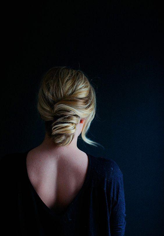 Nos encanta este simple y sencillo peinado apareado con tu estilo de chica francesa. Hemos visto muchas variantes del banana bun asi que armamos un pequeño tutorial con nuestra propia versión para ti!