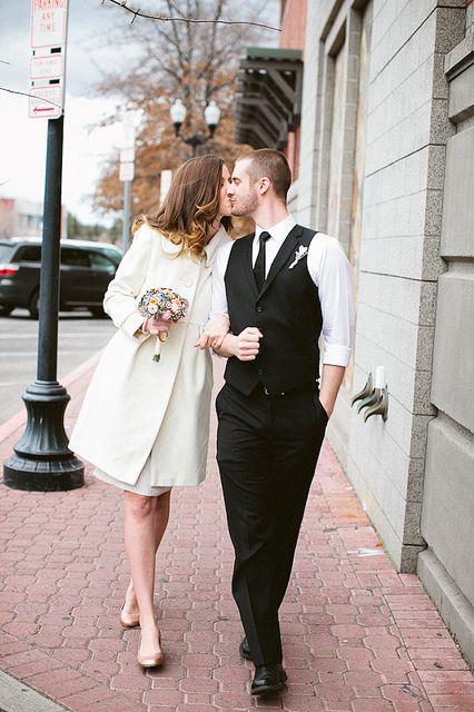 Atuendo para una boda civil en otoño. Me encantan la coordinación de color cobre en los flats y el ramo de la novia.